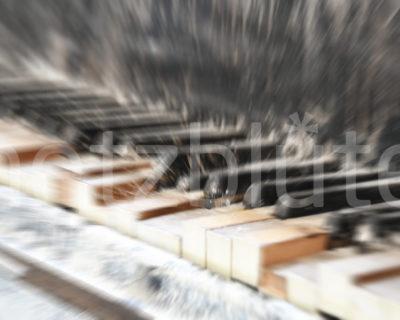Ein altes Klavier steht in einer Ruine und spielt sich scheinbar selbst. Die Pianotasten sind defekt und stehen teilweise nach oben. Es macht den Anschein, als würde jemand darauf Musik spielen. Insgesamt ist es ein verlasserner Ort.