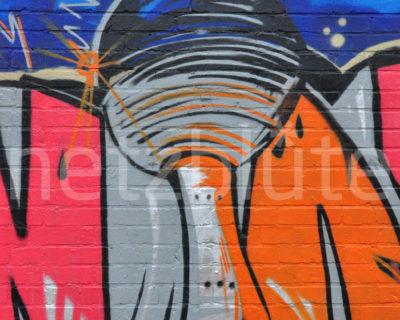 Buntes Graffiti vom Berliner Fernsehturm an einer Mauer in Friedrichshain. Mit Schwung und kräftigen Farben spiegelt dieser Artgenosse die lebendige Stadt wieder.
