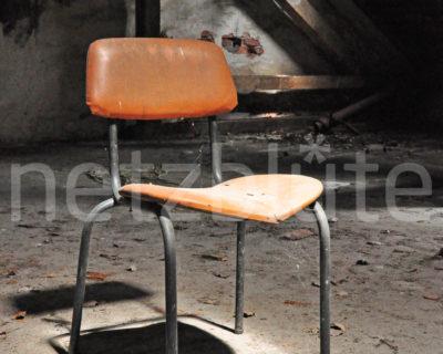 Ein alter Stuhl steht im Dachboden einer Ruine, was dem Bild den Namen Dachstuhl verleiht. Der Stuhl wird durch ein Loch im Dach von der Sonne angestrahlt. Ein Spotlight entsteht.